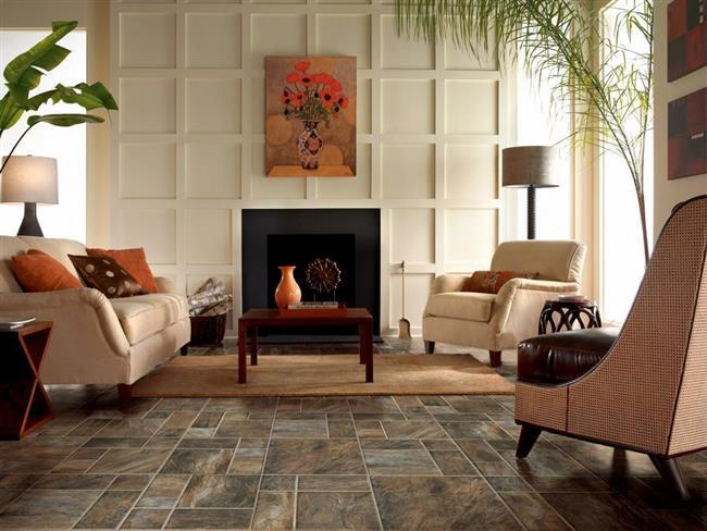 Классическая гостиная с ламинатом под натуральный камень.