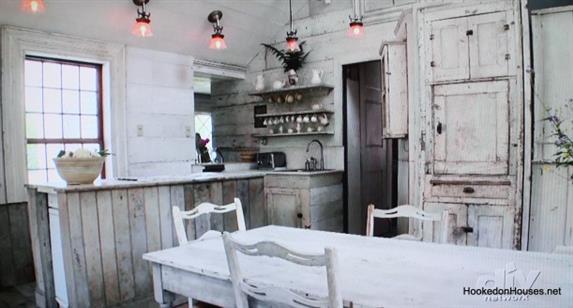 Встроенный холодильник в стильной деревенской кухне.