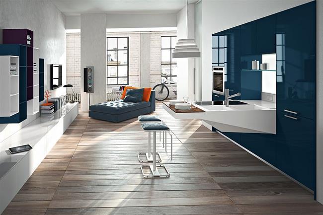 Стильная кухонная мебель темно-синего цвета.