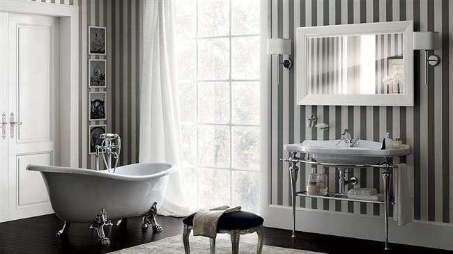 Роскошная ванная с серебристыми «лапами» в стиле ретро.