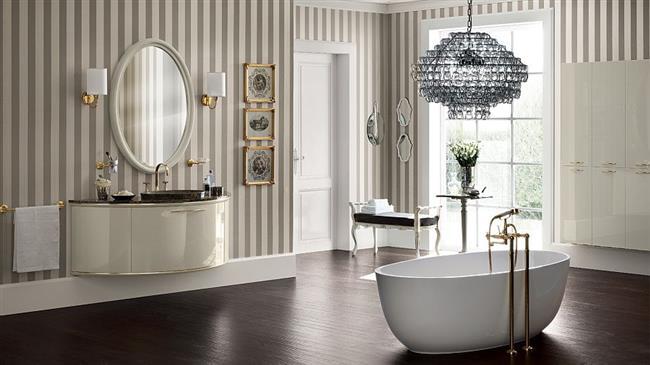 Стильная итальянская ванная с роскошной люстрой.