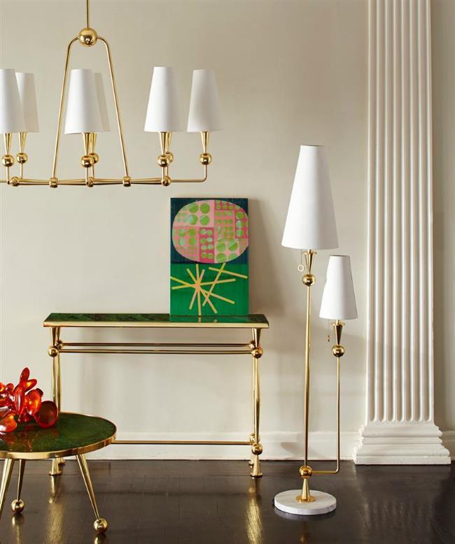 Блестящий золотистый торшер и подвесной светильник в гостиной.