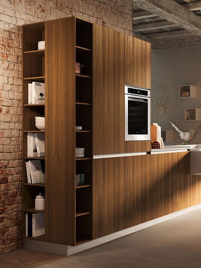 Вместительные полки кухонного шкафа.