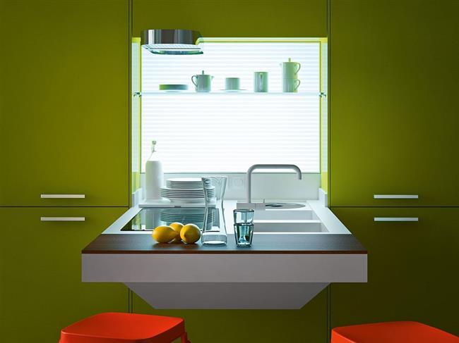 Многофункциональный рабочий стол, встроенный в кухонную мебель.