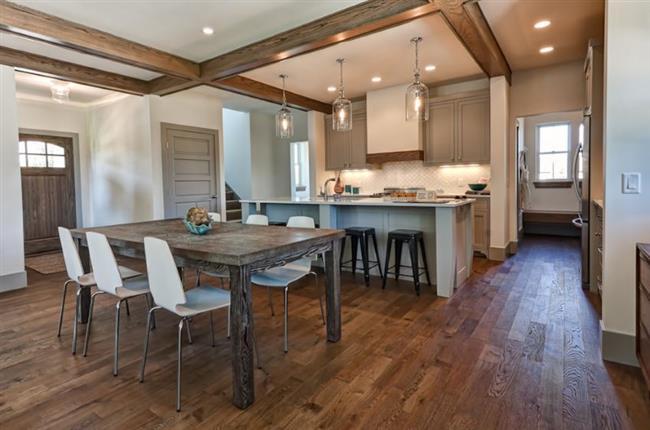 Кухня в деревенском стиле с дубовым полом.