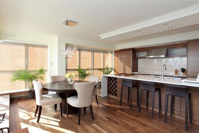 Дубовый паркет в стильной столовой-кухне.