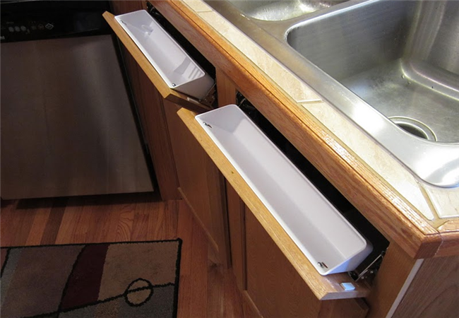 Вместительные ящики для кухонных принадлежностей.