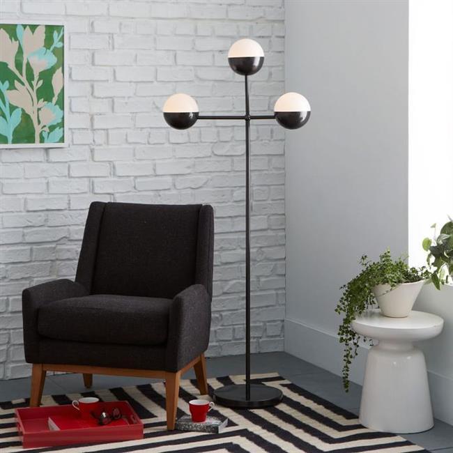 Черно-белый напольный светильник с тремя лампами.