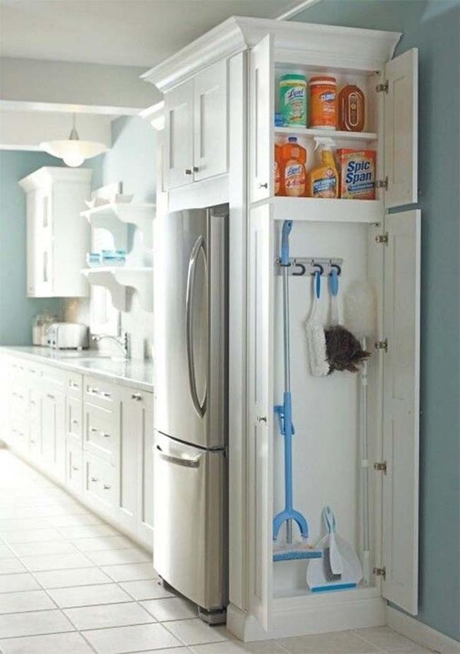 Вместительные шкафы для хранения моющих средств.