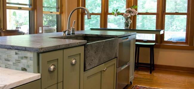 Кухонная мойка из светло-серого мыльного камня.