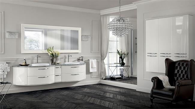 Черно-белая ванная комната с хрустальной люстрой.
