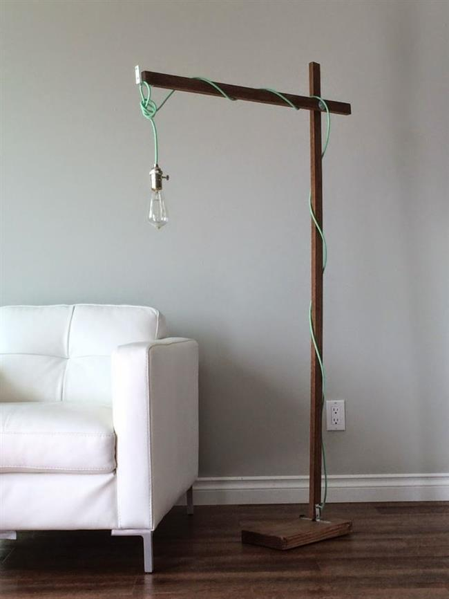 Современная гостиная с минималистическим светильником.