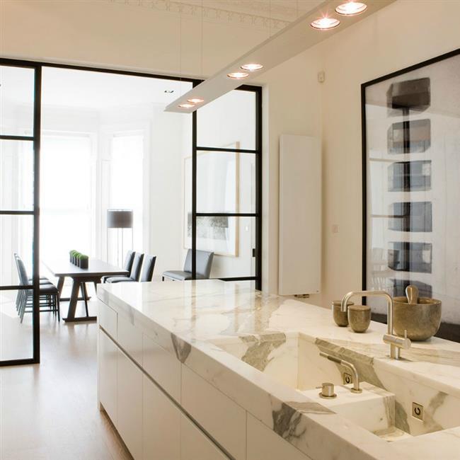 Стильная кухонная мойка и столешница из мрамора.
