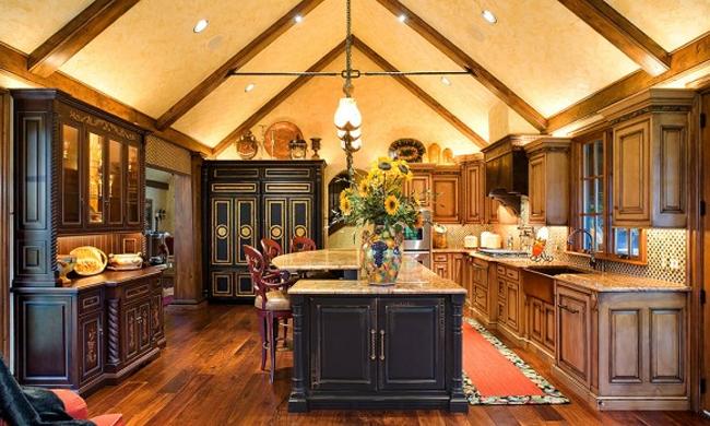 Мебель из натурального дерева в стильной кухне-столовой.
