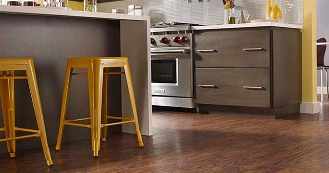 Коричневый ламинат от Pergo в интерьере кухни.