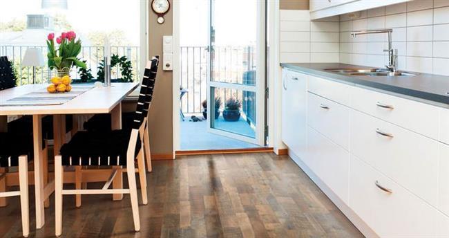 Элегантный коричневый ламинат в кухне-столовой.