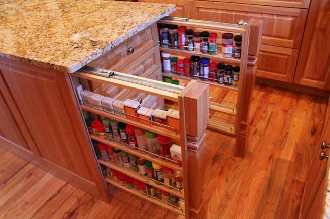 Универсальные и компактные стеллажи в кухонном шкафу.