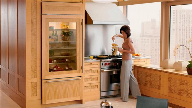 Современная кухня с необычным встроенным холодильником.
