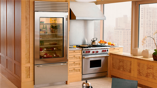 Хромированный холодильник в интерьере кухне.