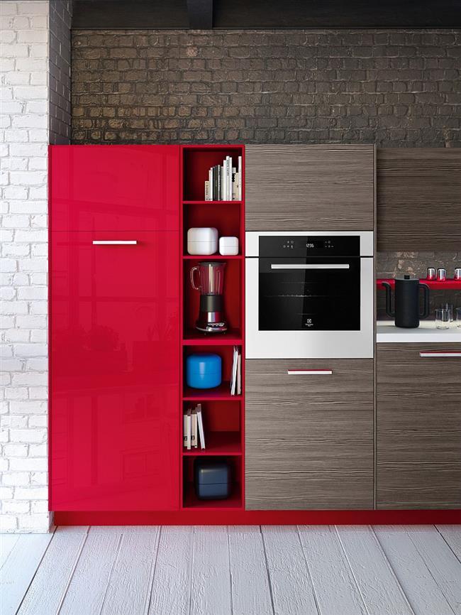 Яркий красный цвет в интерьере индустриальной кухни.