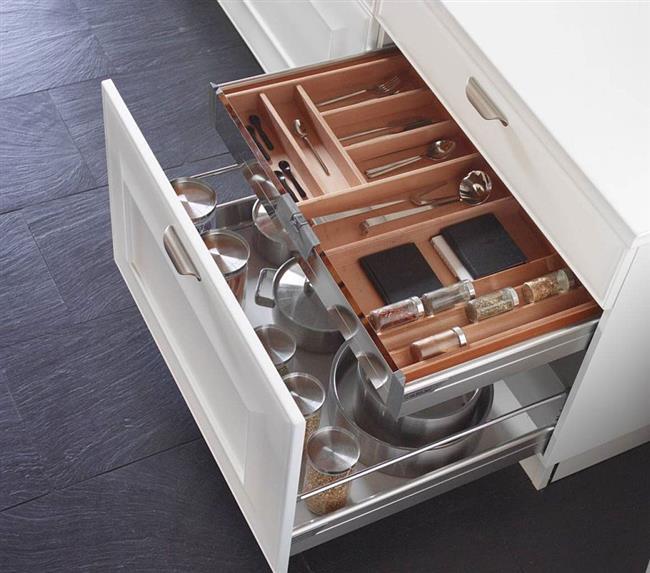Глубокие ящики для хранения объемных предметов.