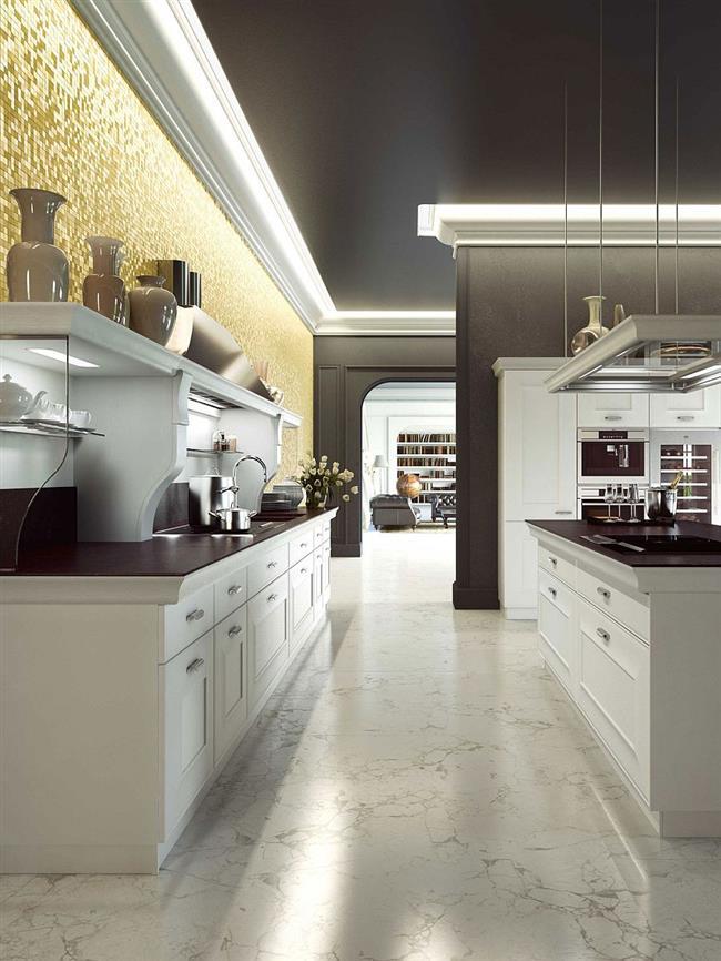 Стильная кухонная мебель в комнате с открытой планировкой.