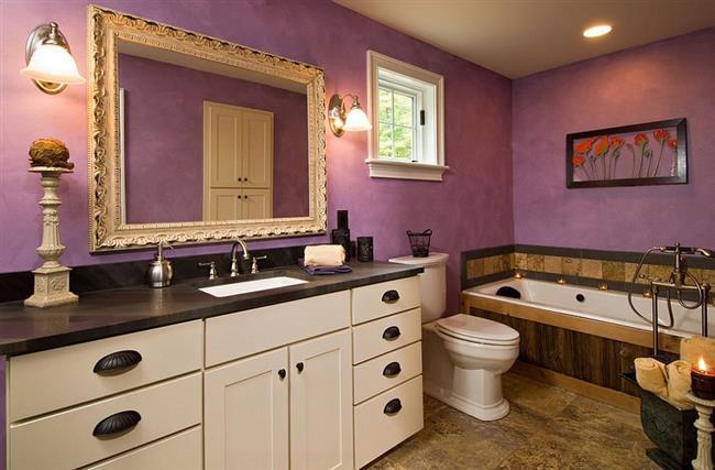 Фиолетовая ванная комната в эклектическом стиле.