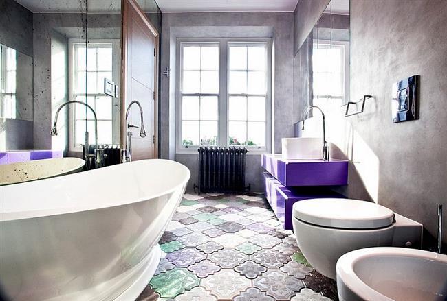 Серая ванная комната с фиолетовой мебелью.
