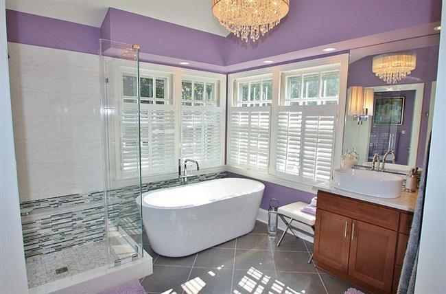 Стильная ванная в фиолетовых и белых цветах.