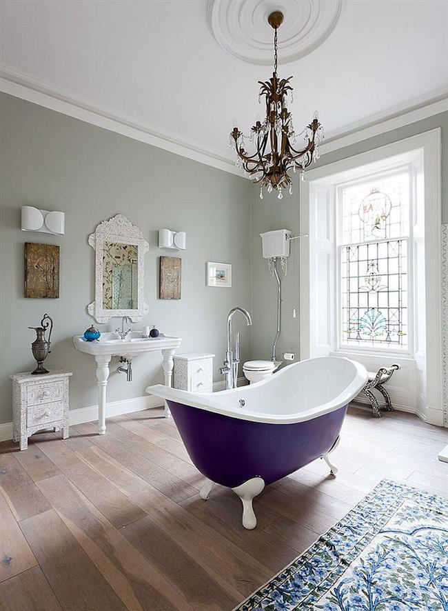 Фиолетовая ванная в интерьере стильной комнаты.