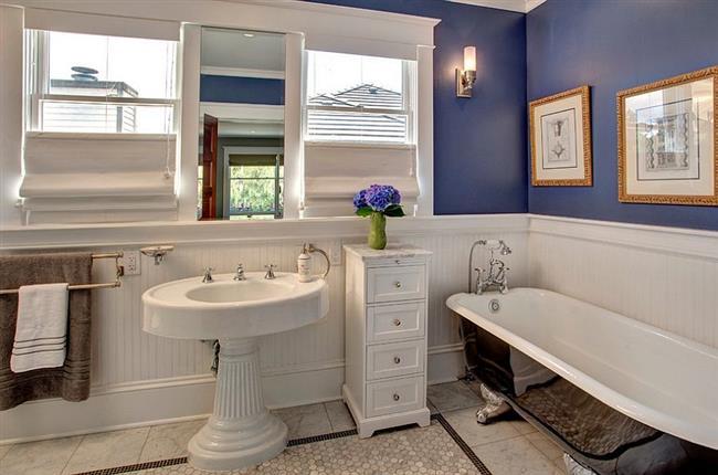 Необычная ванная в фиолетового-белых тонах.