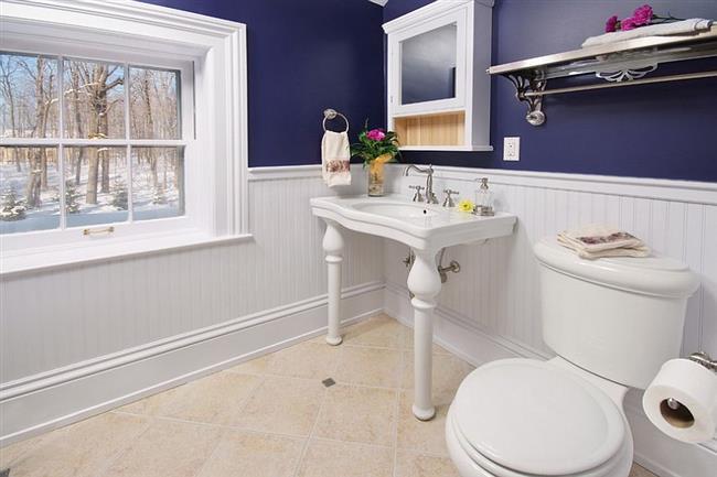 Современная ванная комната с элементами классического стиля.
