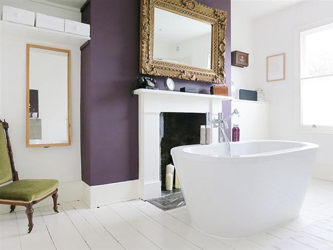 Сочетание белого и фиолетового в интерьере ванной.