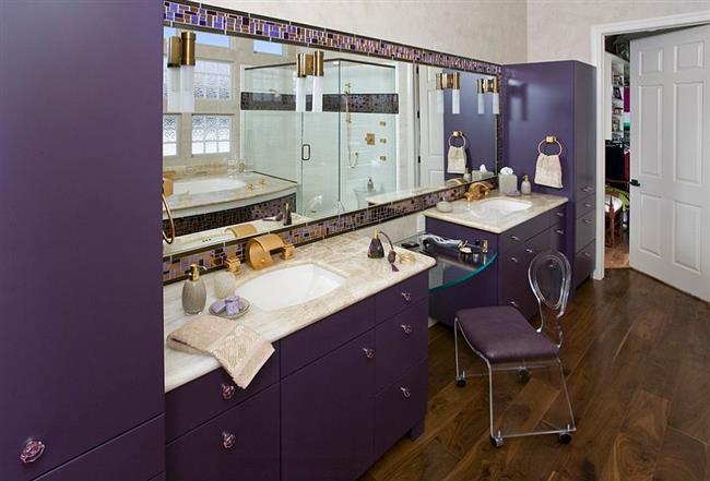 Ванная комната с фиолетовой мебелью в стиле «Старый Голливуд».
