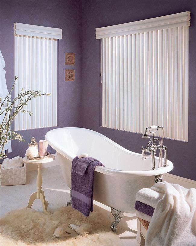 Стильная ванная с фиолетовыми стенами.