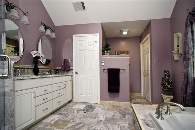 Ванная комната с нейтральными серо-фиолетовыми стенами.