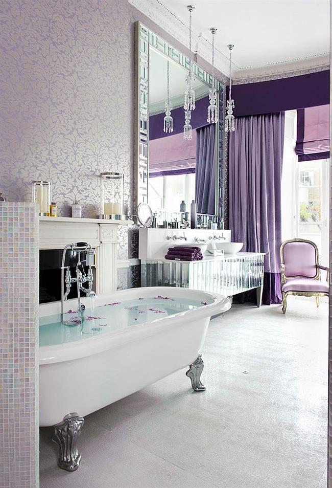 Роскошная ванная комната с элементами фиолетового цвета.