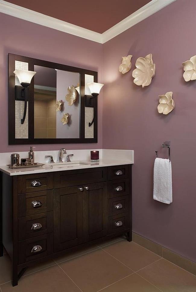Современная ванная комната со светлыми фиолетовыми стенами.