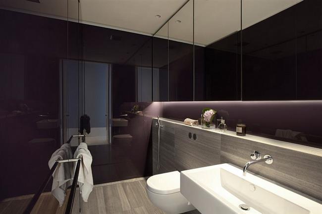Ванная комната с темно-фиолетовыми стенами.