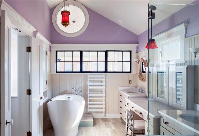 Уникальная ванная с необычными окнами и мебелью.