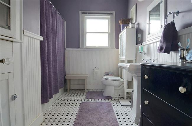 Деревенская ванная с элементами фиолетового и белого цветов.