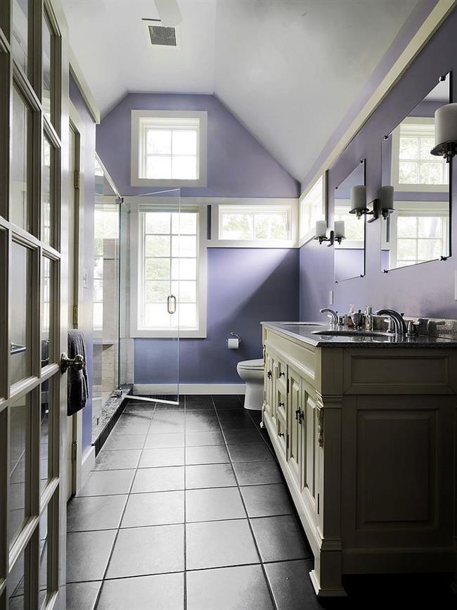 Стильная ванная со светлыми фиолетовыми стенами.