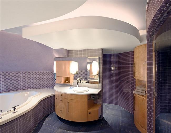 Фиолетовая плитка в яркой и стильной ванной.