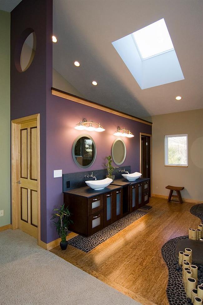 Азиатская ванная в серо-фиолетовых цветах.