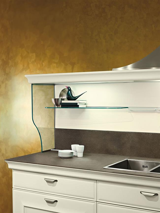 Сверхпрочная стеклянная полка в интерьере современной кухни.