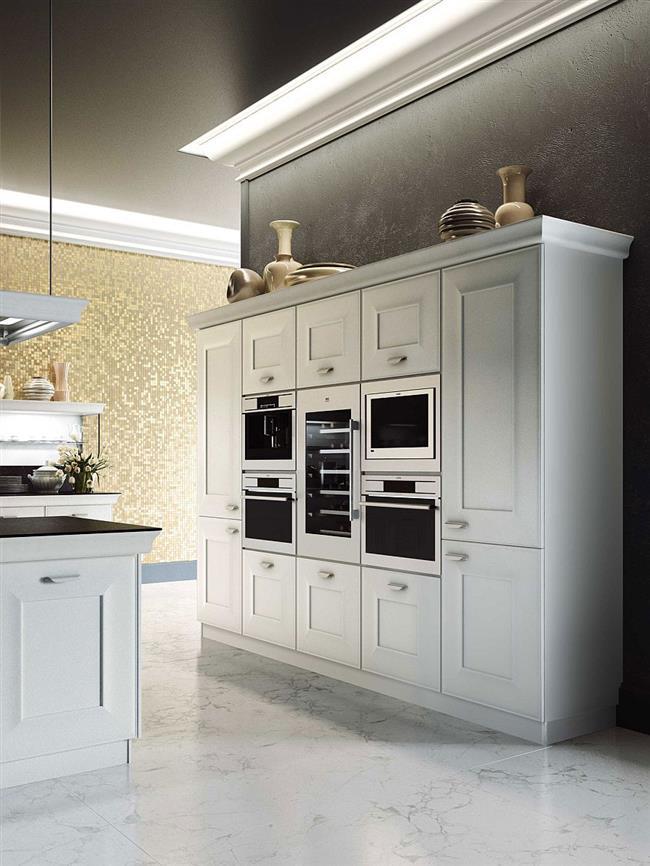 Встроенный кухонный шкаф с бытовыми приборами.