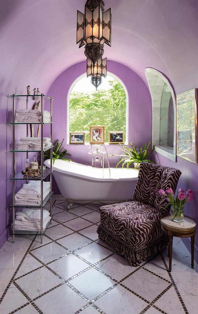 Фиолетовая ванная в средиземноморском стиле.