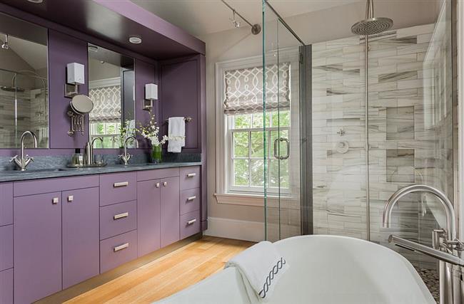 Светлая фиолетовая мебель в современной ванной.