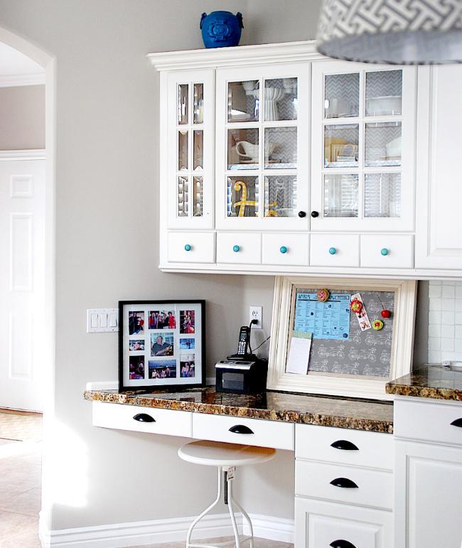 Стильная кухня в белых тонах.