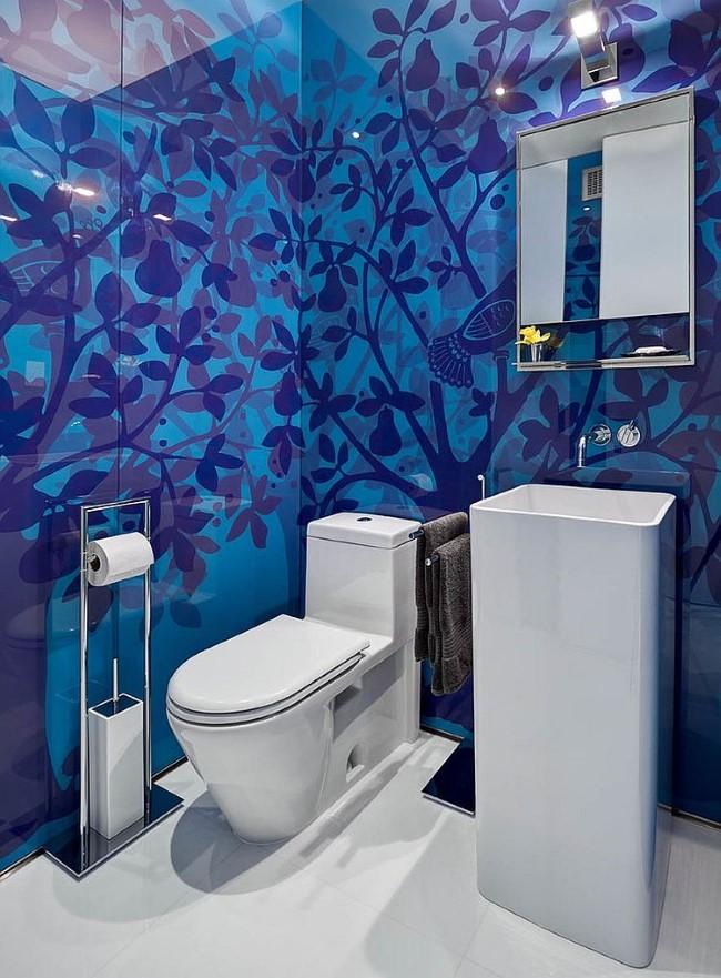 Голубые обои с синими рисунками в интерьере ванной.